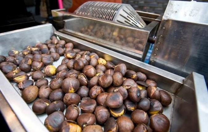 Kuliner-Khas-Korea-yang-Cocok-Disantap-Di-Musim-Dingin-Roasted-Chestnuts