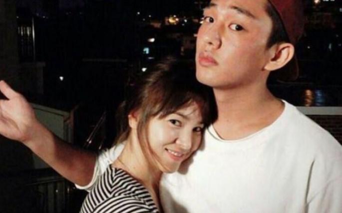 Move-On-Dari-Song-Joong-Ki -Song-Hye-Kyo-Peluk-Yoo-Ah-In-Di-Majalah-'W'