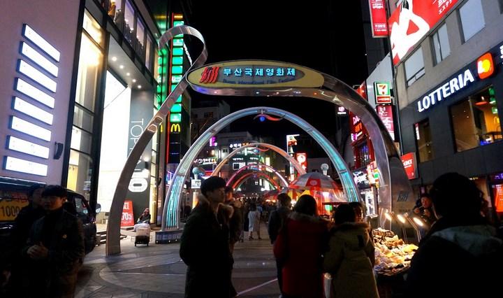 8-Destinasi-Wisata-Menarik-Kota-Busan-BIFF-Square