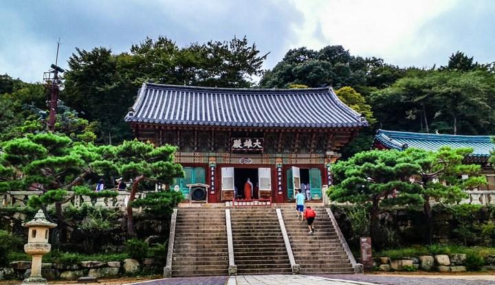 8-Destinasi-Wisata-Menarik-Kota-Busan-Kuil-Beomoe