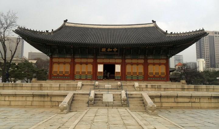 Daftar-Wisata-Menarik-Di-Kota Seoul-Istana-Deoksugung
