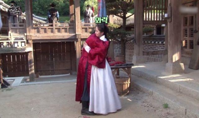 Peluk-Kim-So-Hyun-Tanpa-Naskah-Adegan,-Yoo-Seung-Ho-Digoda-Kru.