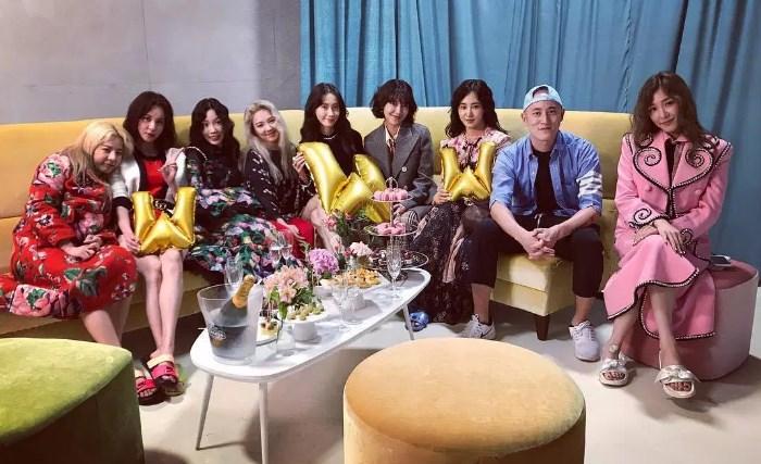 Jelang-Comeback,-SNSD-Pamer-Foto-Dengan-Member-Lengkap-Di-'W-Korea'